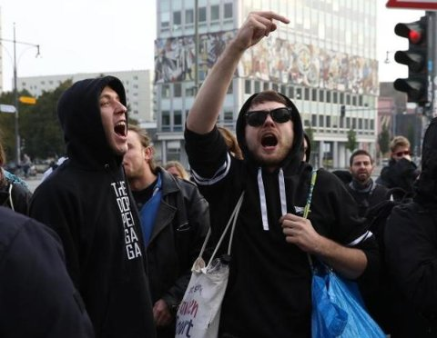 Demonstranten vor der AfD-Wahlparty in Berlin (Foto: Reuters).